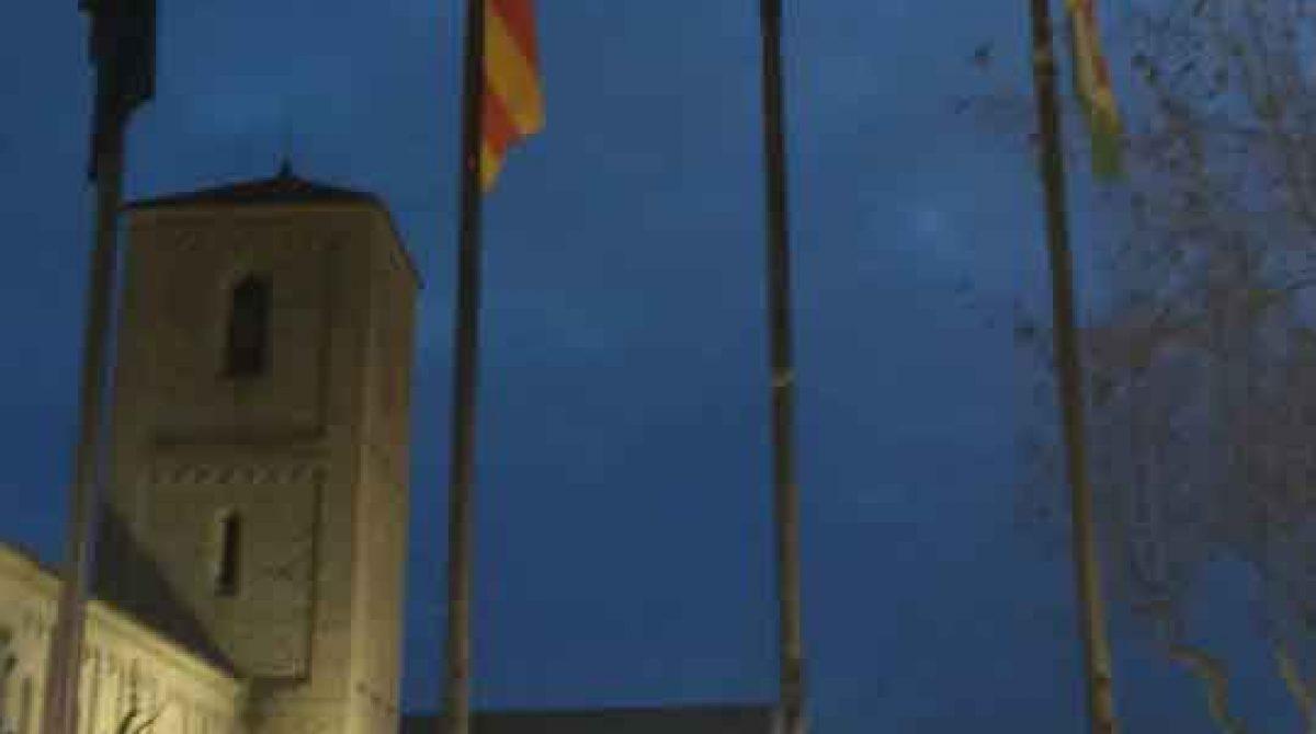Queman la bandera española colocada en el Ayuntamiento de Parets