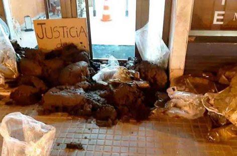 """Los jueces califican de """"sabotaje"""" la acción de los CDR de llenar de estiercol las entradas de los juzgados de Granollers y Mollet"""