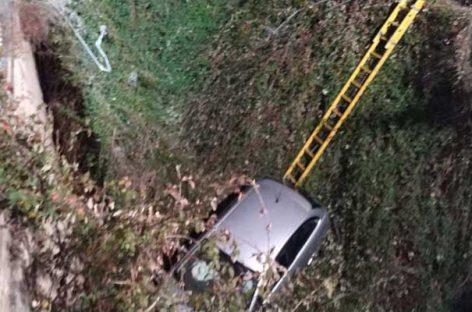 Dos heridos leves en la Garriga al precipitarse su coche por un torrente
