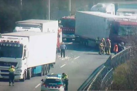 Un accidente entre tres camiones  corta la AP-7 a la altura de Montmeló dos horas