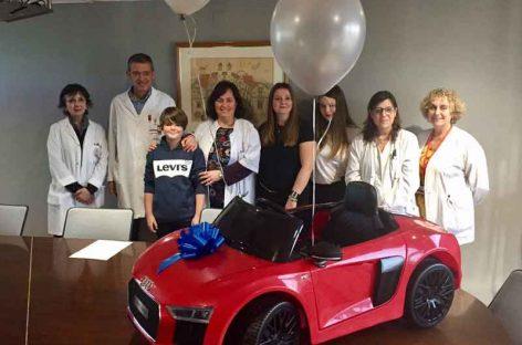 Un chico de 13 años de l'Ametlla vende sus juguetes para poder comprar un coche eléctrico para el Hospital de Granollers