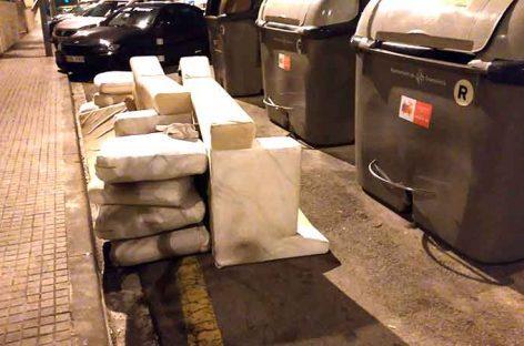 Granollers multa con 750 euros a una empresa de Vilanova por abandonar muebles en Can Gili