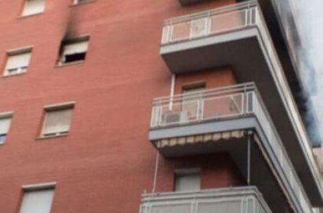 Un piso quedó completamente destruido en Mollet tras un incendio que dejó cuatro intoxicados