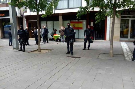 Escrache de la CUP contra una parada de propaganda de VOX en Granollers