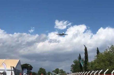 Indignación en muchas poblaciones del Vallès por un avión que ha sobrevolado Montmeló a baja altura para un acto publicitario